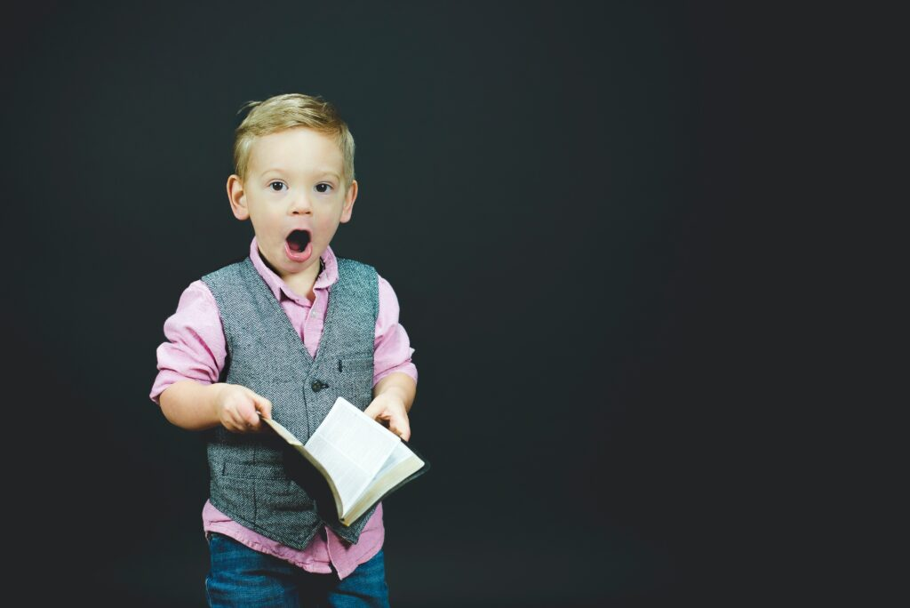 Jeune garçon qui apprend à lire