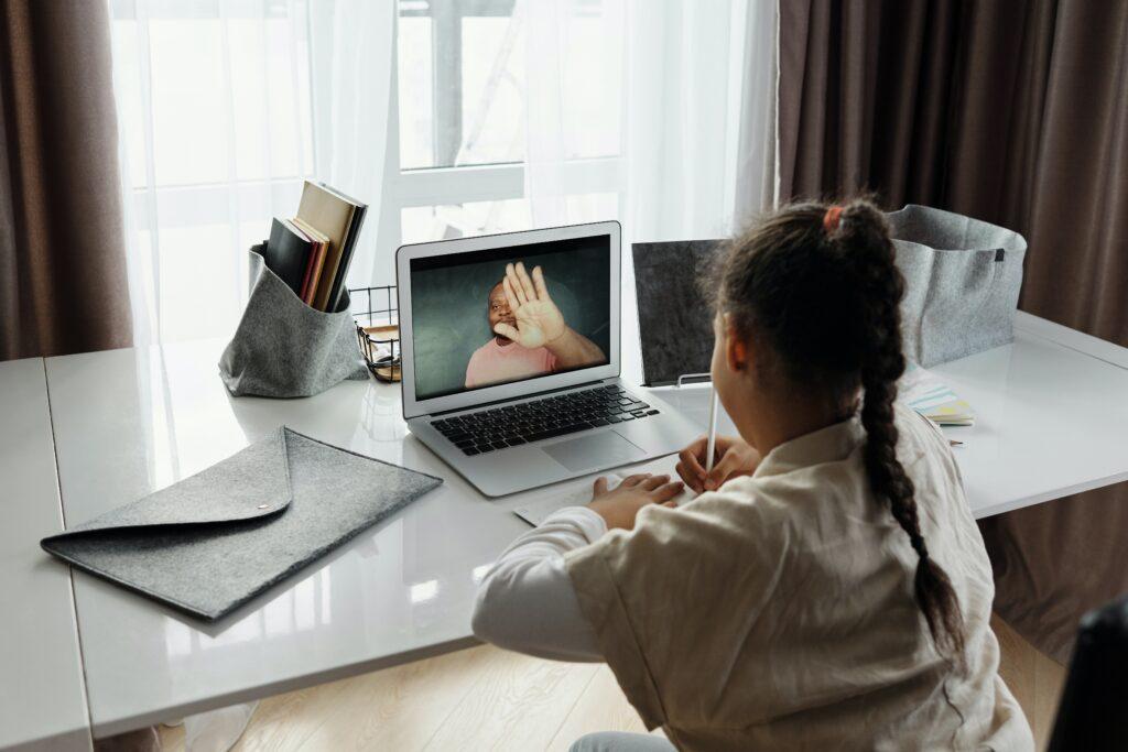 Jeune Élève devant ecran d'ordinateur portable
