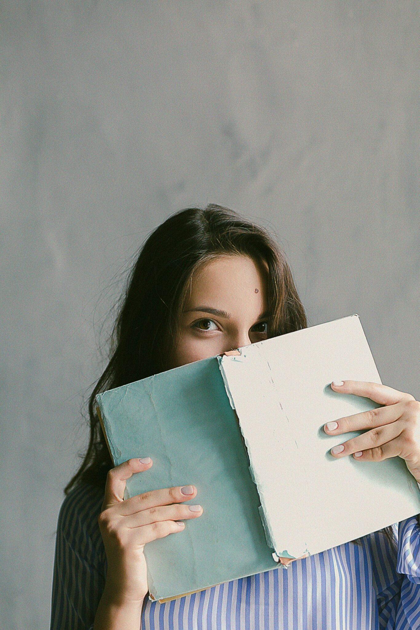 Eleve avec cahier dans les mains