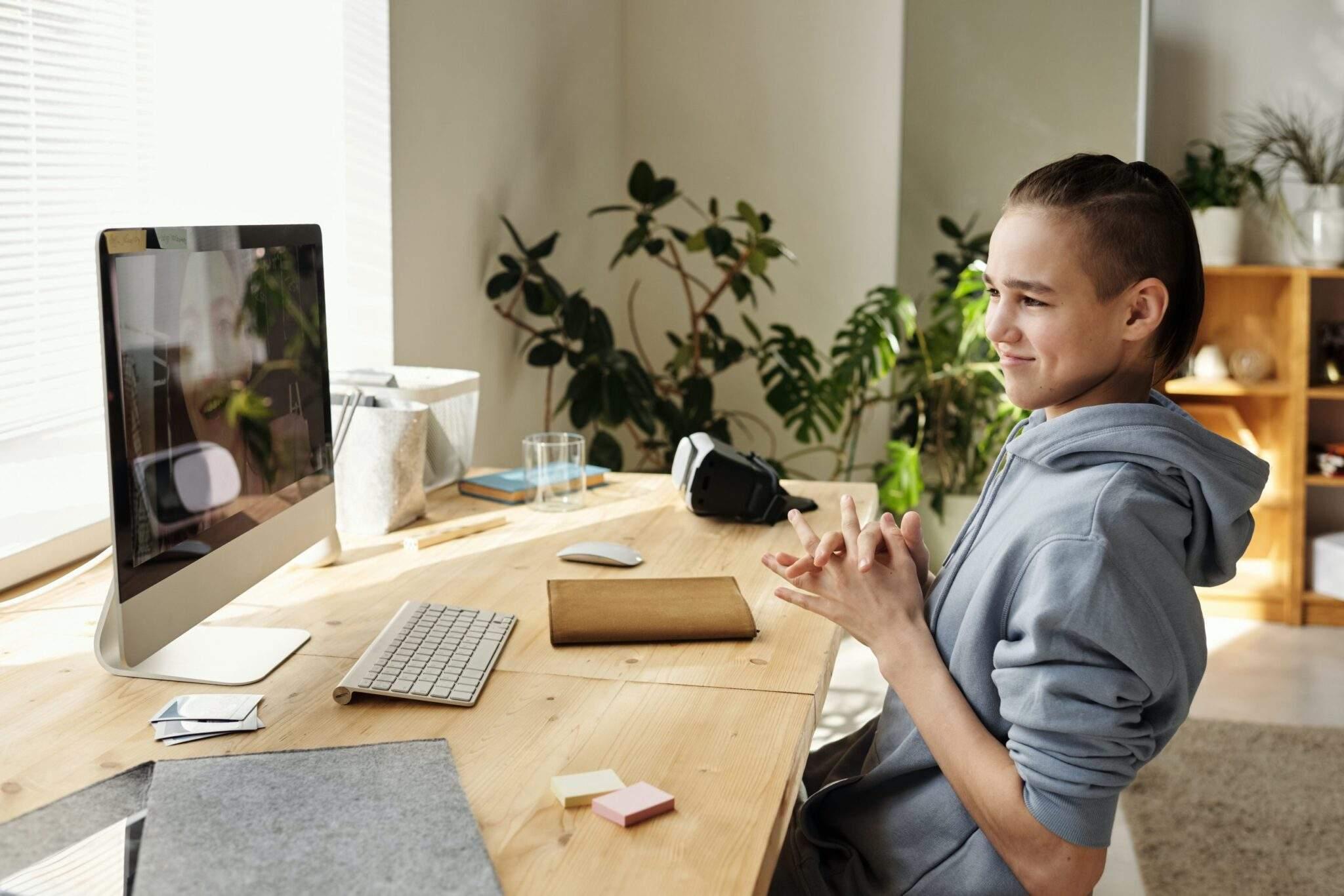 Jeune Élève apprenant devant ecran d'ordinateur